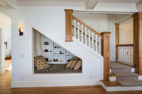 tận dụng gầm cầu thang