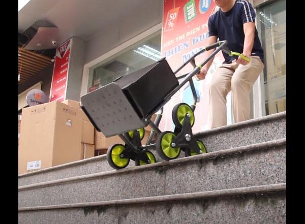 Xe đẩy hàng lên cầu thang