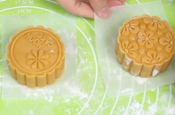 Dùng khuôn tạo hình cho bánh