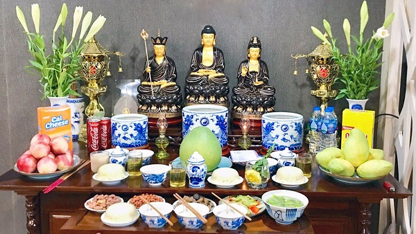 Lễ cúng Phật cũng được thực hiện tại nhà