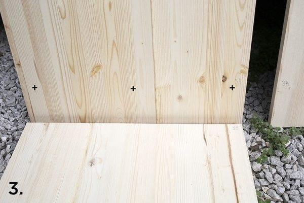 Đánh dấu các điểm khoan ở tấm gỗ mặt dưới