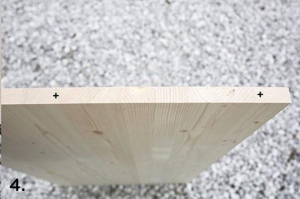 Đánh dấu vị trí cần khoan ở tấm gỗ A và B