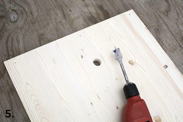 Khoan tại điểm vừa đánh dấu để tạo lỗ xỏ cây treo