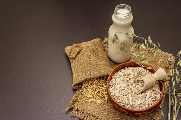 Trộn sữa và yến mạch xay mịn để làm chất kết dính