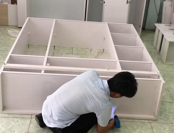 Lắp miếng nhựa alu dưỡi đáy tủ chống ẩm