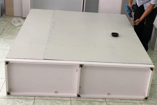 Lắp miếng alu mặt sau của tủ