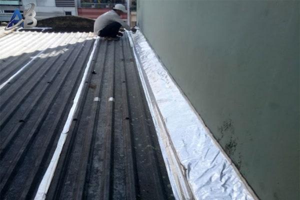 Dùng tôn lá và lớp nilon chống dột cho ngôi nhà
